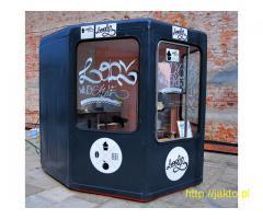Kiosk z maszyną do lodów