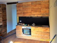 Fronty kuchenne z drewna z odzysku: niebanalna ekologia