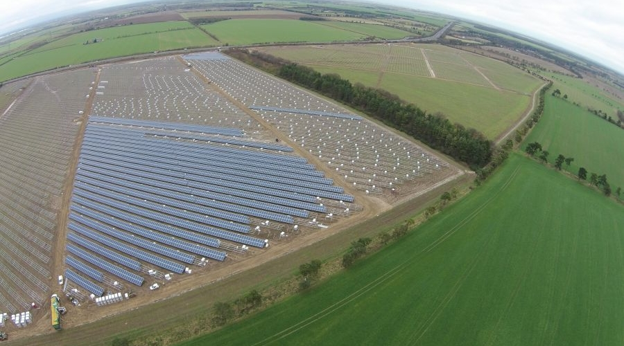Monter na farmie solarnej